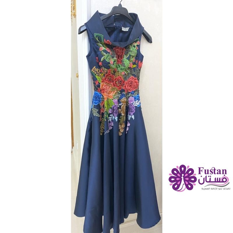 فستان كحلي مع ورود