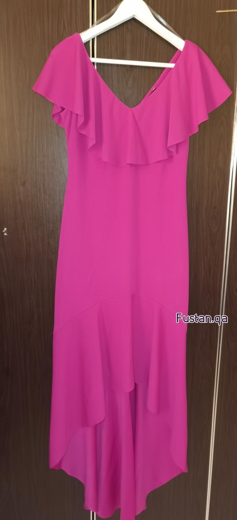 فستان حفلةمنbebe ناعم طويل وقصير شوي من قدام.