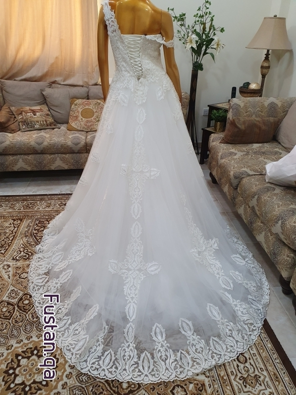 فستان زفاف أبيض