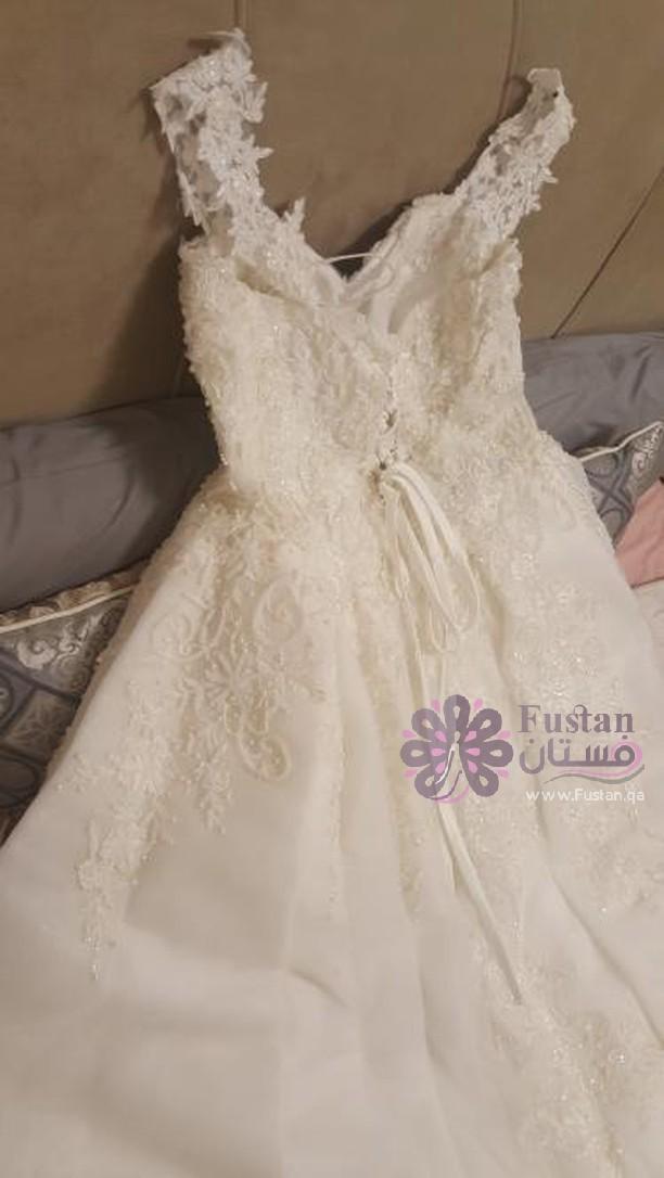 فستان للبيع بسعر بسيط وبدون اكسسوارات