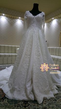 فستان زفاف مع الاكسسوارات
